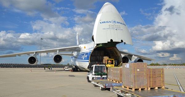 Siêu vận tải cơ An-124 đang xếp hàng tại sân bay (Ảnh: FreightWaves)